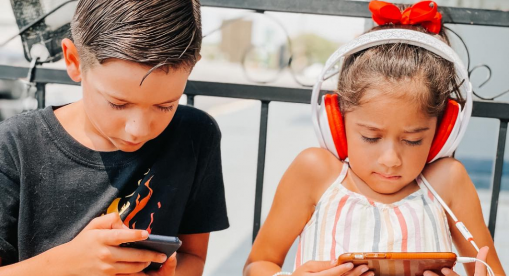 6 Reasons why I let my kids use their devices when we eat out